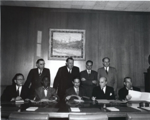 Lemkin junto con los representantes de cuatro Estados que ratificaron la Convención sobre el Genocidio